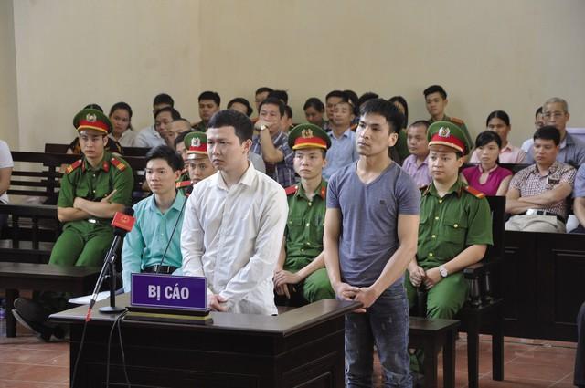 Các bị cáo trả lời HĐXX trong phiên toà ngày 16/5.     Ảnh: PV