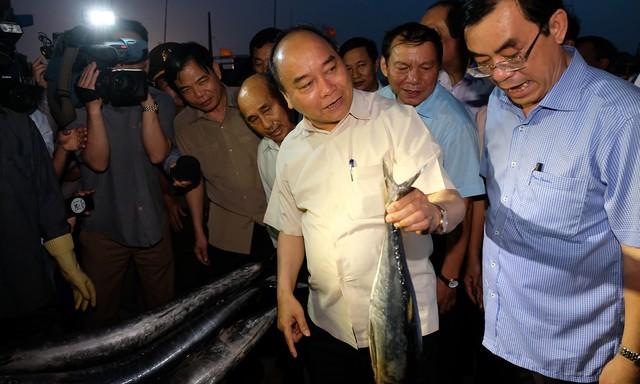 Thủ tướng đã mua hơn 10 kg cá và cho biết sẽ cùng cả đoàn công tác dùng vào bữa tối cùng ngày. Ảnh: H. hiếu