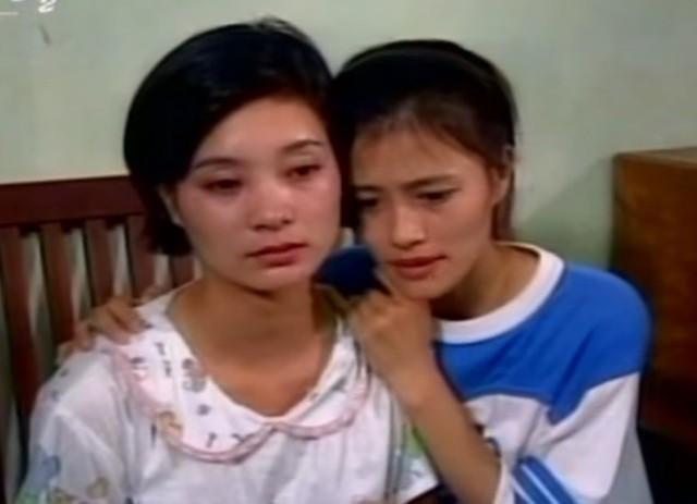 Hoa Thúy vai Thắm (bên phải) và Lệ Hằng vai Hoài trong phim Xin hãy tin em.