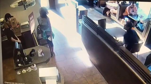 Một khách hàng nữ và nhân viên trong quán ăn bất ngờ nảy sinh xung đột.