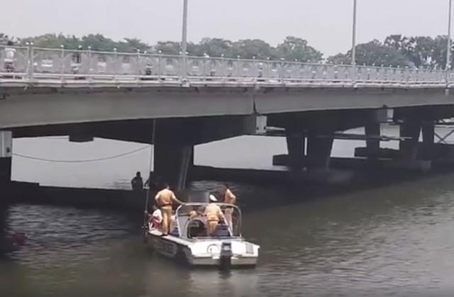 Thi thể hai cha con anh Trần Hữu Tuất được tìm thấy ở độ sâu 10m trên sông Hương.