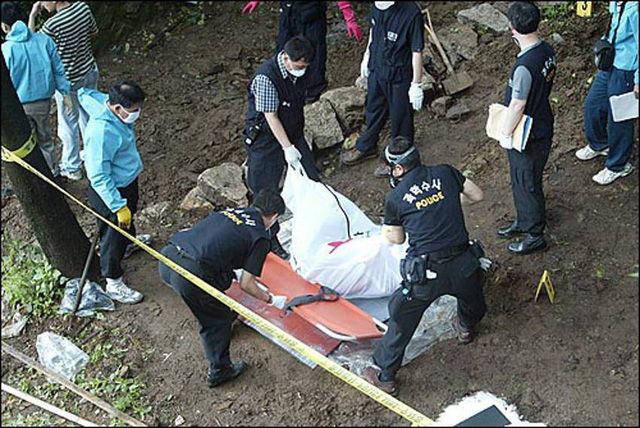 Cơ quan chức năng tiến hành đào thi thể nạn nhân xấu số.