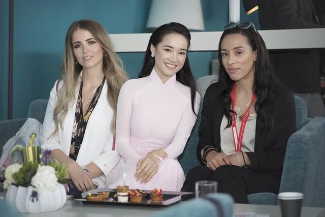 Ở mỗi sự kiện, ngoài tìm kiếm cơ hội công việc, Nhã Phương cho biết luôn cố gắng để giới thiệu nét đẹp văn hóa, lịch sử và con người Việt Nam tới bạn bè quốc tế.