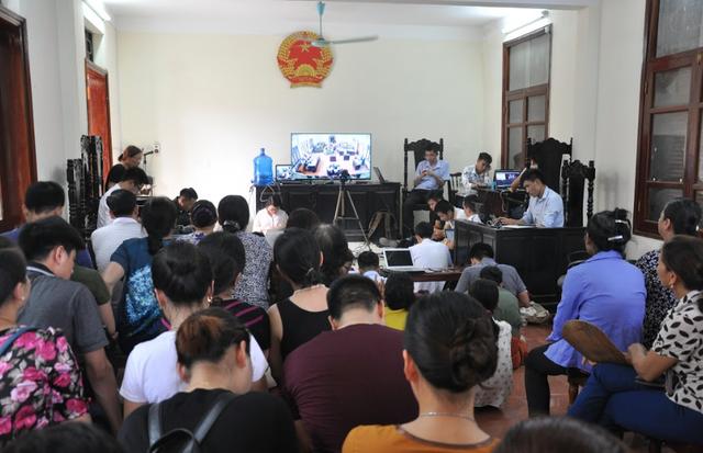 Nhiều phóng viên và người thân nạn nhân theo dõi sát phiên tòa qua màn hình