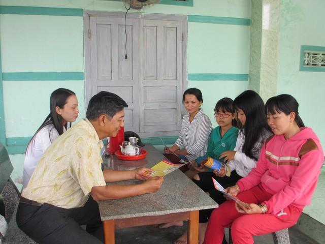 Cán bộ dân số tuyên truyền về KHHGĐ cho bà con huyện Vạn Ninh. Ảnh: TG