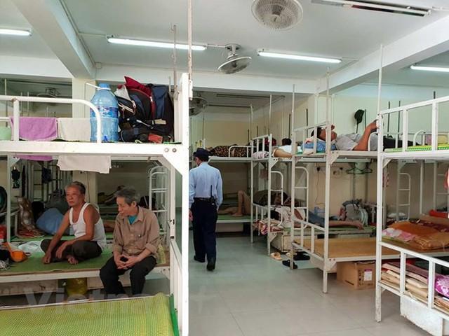 Người nhà bệnh nhân trong nhà nghỉ trọ tại Bệnh viện hữu nghị Việt Đức. Ảnh: T.G