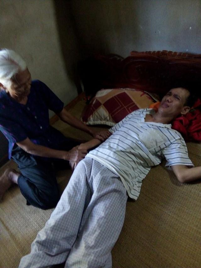Không có người chăm sóc ở viện, ông Cầu đành phải về nhà để bố mẹ già chăm. Ảnh Huy Đạt