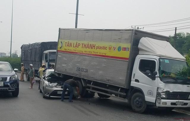 Đầu ô tô bẹp dính, tài xế phải thoát thân ra ngoài.