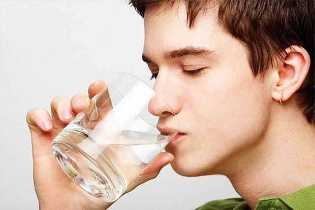 Giúp giải độc cơ thể: Vào ban đêm, cơ thể thải ra tất cả các độc tố trong, và khi bạn uống nước khi vừa thức dậy vào buổi sáng, cơ thể sẽ loại bỏ các chất độc hại này. Uống nhiều nước có thể giúp tăng sản xuất tế bào cơ và tế bào máu mới.