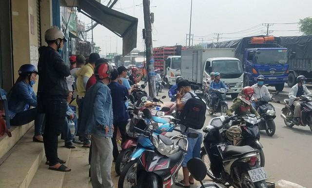 Rất đông người đi đường chứng kiến vụ việc hoang mang.