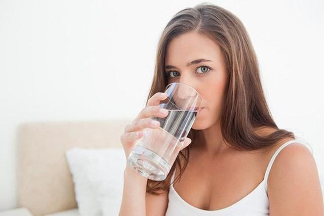 Cải thiện sự trao đổi chất: Uống nước khi dạ dày trống rỗng có thể làm tăng tỷ lệ trao đổi chất của bạn ít nhất 24%. Điều này rất quan trọng đối với những người ăn kiêng nghiêm ngặt. Một tỷ lệ trao đổi chất tăng lên có nghĩa là một hệ thống tiêu hóa được cải thiện. Uống nước ngay lập tức sau khi thức dậy làm sạch ruột kết, giúp hấp thu chất dinh dưỡng dễ dàng hơn.