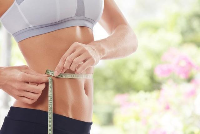 Giảm cân lành mạnh: Khi bạn uống nước vào buổi sáng trên một dạ dày trống rỗng, bạn sẽ giải phóng tất cả các độc tố và nó sẽ cải thiện hệ thống tiêu hóa. Bạn sẽ cảm thấy ít đói và cảm giác thèm ăn của bạn sẽ giảm. Điều này sẽ ngăn ngừa tăng cân do ăn quá nhiều.