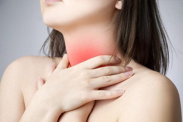 Làm giảm chứng ợ nóng và khó tiêu: Khó tiêu là do tăng độ axit trong dạ dày. Bạn bị ợ nóng khi trào ngược axit vào thực quản. Nhưng khi bạn uống nước trên một dạ dày trống rỗng, các axit này được đẩy xuống và được pha loãng, bạn sẽ không còn cảm giác khó chịu trong dạ dày.