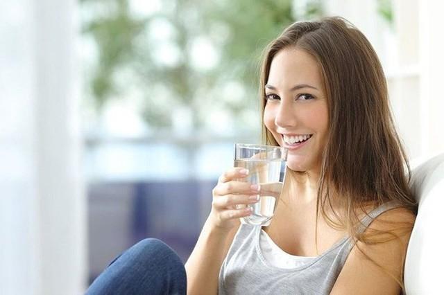 Cải thiện làn da: Mất nước gây ra các nếp nhăn sớm và lỗ chân lông sâu trong da. Tuy nhiên, trong một nghiên cứu nói rằng uống 500 ml nước khi đói làm tăng lưu lượng máu trong da và làm cho da mềm mại. Ngoài ra, uống nhiều nước hơn trong ngày giúp cơ thể của bạn giải phóng độc tố, điều này sẽ làm cho làn da của bạn rạng rỡ hơn.