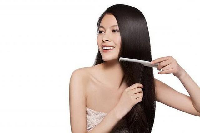 Tóc sáng bóng, mịn màng và khỏe mạnh: Mất nước có thể có tác động nghiêm trọng đến sự phát triển tóc của bạn. Uống nhiều nước nuôi dưỡng tóc của bạn từ trong ra ngoài. Nước chiếm gần ¼ trọng lượng của một sợi tóc. Một lượng nước không đủ có thể gây ra tóc dễ gãy và sợi tóc mỏng. Bạn nên uống nhiều nước hơn mỗi ngày, nhưng uống nước khi dạ dày trống rỗng có thể cải thiện chất lượng tóc của bạn.