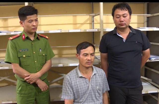 Đối tượng Xương (ở giữa) đến Cơ quan Công an huyện Tiên Lữ đầu thú. Ảnh: Giang Long