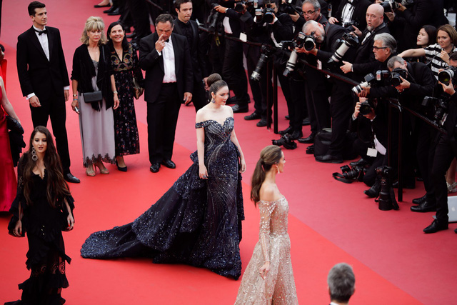 """Lý Nhã Kỳ tiếp tục """"trung thành"""" với thương hiệu Việt tại Cannes. Lần này cô thật lộng lẫy với một thiết kế của NTK Hoàng Hải"""