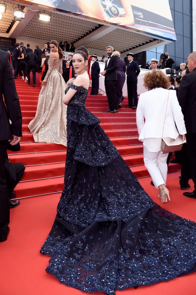 """Gam màu tối thể hiện """"nữ quyền"""", đây là sự kết hợp hài hoà giữa bộ váy lộng lẫy, kiêu sa của NTK Hoàng Hải và trang sức sang trọng"""