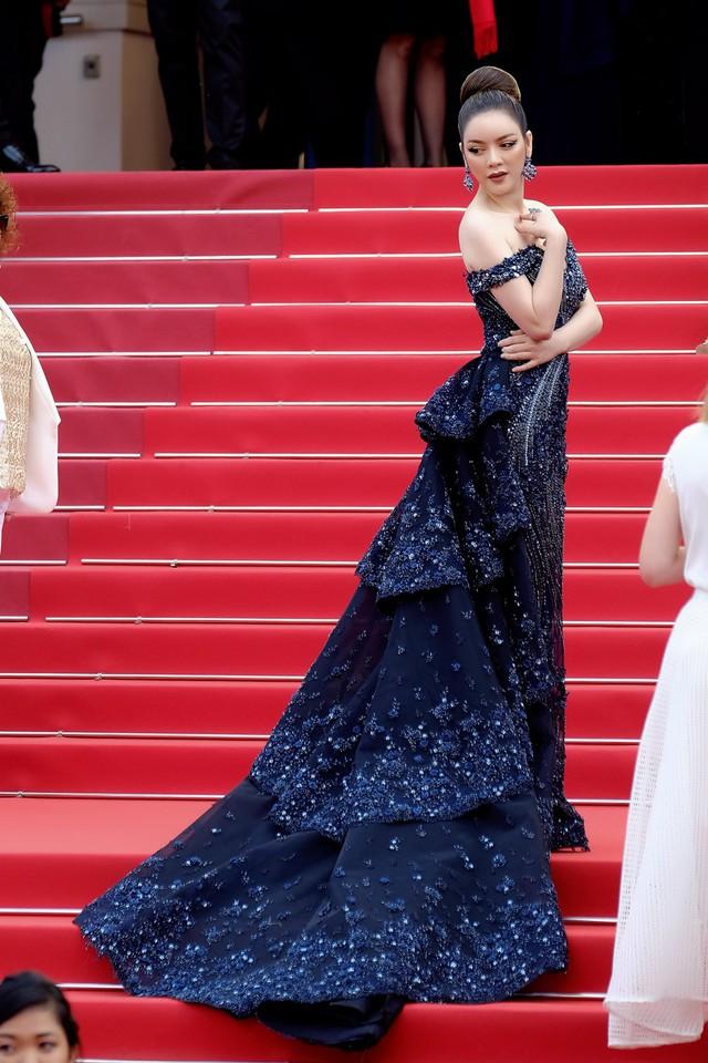Bộ trang phục hở vai tôn vinh nét gợi cảm nhưng vẫn giữ phong cách quý phái