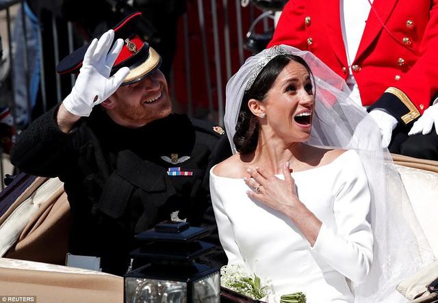 Cặp đôi vẫy tay chào đến tất cả mọi người quanh tòa lâu đài.