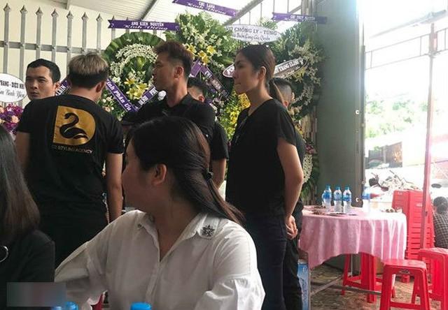 Tăng Thanh Hà lặng lẽ trong những người bạn, người anh chị đến viếng Mì Gói tại Tiền Giang.