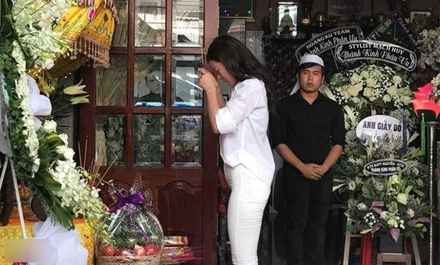 Đông Nhi, ca sĩ cộng tác nhiều năm với Mì Gói, khóc nức nở khi thắp nhang viếng người em.