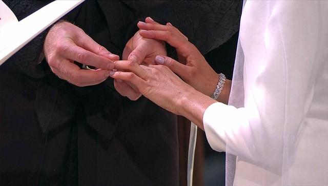 Giây phút xúc động và thiêng liêng của nghi thức trao lễ.