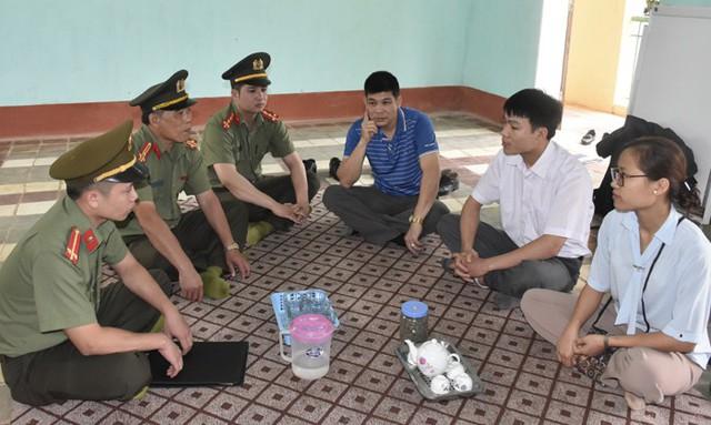 Công an huyện Ngọc Lặc tuyên truyền, nhắc nhở Nguyễn Văn Tĩnh và Phạm Mai Hương (ngoài cùng bên phải) về hoạt động trái phép của Hội thánh Đức Chúa Trời