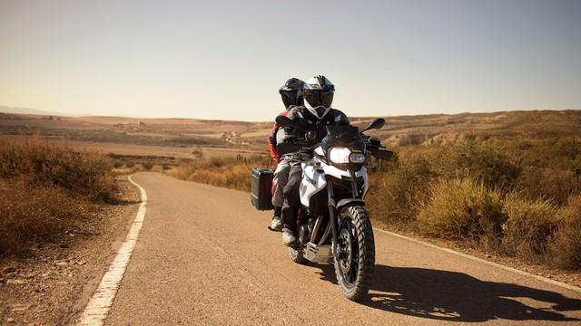 """F700 GS: Trải nghiệm cảm giác """"GS"""" cho mọi người.F700 GS trang bị động cơ 800 phân khối với công suất 75 mã lực cùng khả năng vận hành ưu việt, đem đến cảm giác lái thú vị trên mọi địa hình. Với trọng lượng nhẹ và độ cao yên xe có thể điều chỉnh từ cao xuống thấp, F700 GS xứng đáng là dòng xe lý tưởng cho các Biker nữ hoặc người mới bắt đầu tiếp cận dòng Enduro."""