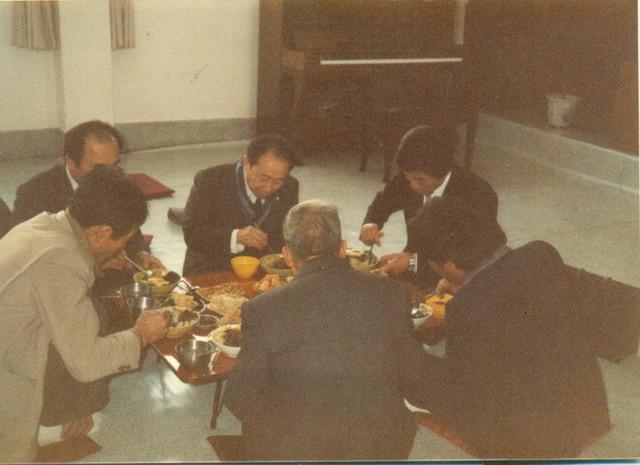 Ahn Sahng-Hong trong một bữa ăn thường nhật với các thành viên của hội. (Ảnh: Internet)