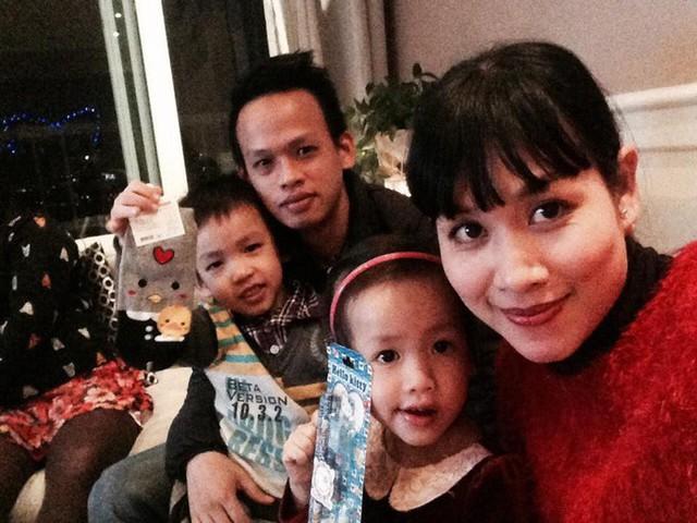 Hà Hương bên chồng và hai con. Con trai nữ diễn viên năm nay 9 tuổi còn con gái 7 tuổi.