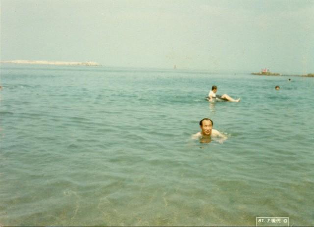 Đấng cứu thế Ahn Sahng-Hong đi tắm biển. (Ảnh: Internet)