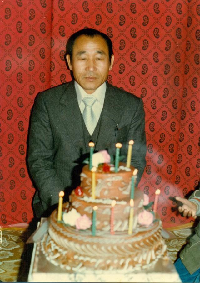Đấng cứu thế Ahn Sahng-Hong với chiếc bánh kem sinh nhật ba tầng. (Ảnh: Internet)