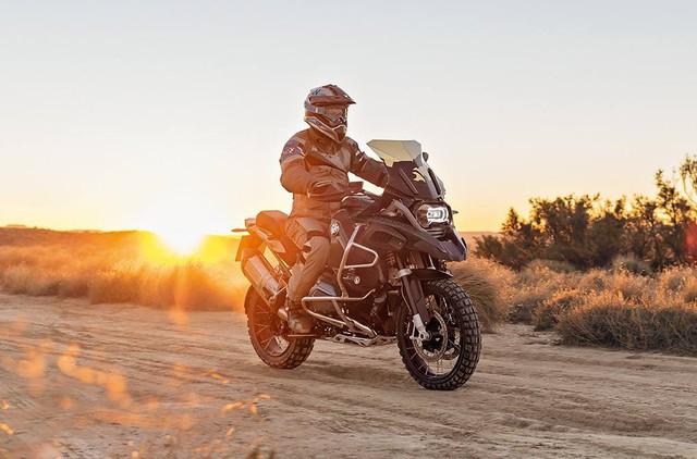 BMW R1200 GS Adventure: cỗ máy dành cho người muốn trải qua những cuộc phiêu lưu thực sự và muốn thể hiện mình cũng như thỏa mãn niềm đam mê của chính họ. Với thiết kế độc đáo và những tính năng vượt trội mạnh mẽ (bình xăng lớn hơn, bảo vệ lốc máy, đèn sương mù trang bị sẵn), R1200 GS Adventure là lựa chọn đúng đắn nhất để đồng hành cùng với bạn chinh phục mọi thử thách, đồng thời đem lại cho bạn những trải nghiệm khó quên.