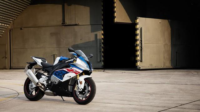 """S1000RR: Một cỗ máy phi thường không dành cho những người bình thường. """"Cá Mập"""" luôn là mẫu xe thể thao được các biker săn đón. Với thiết kế tận dụng tối đa khí động học tăng khả năng vận hành, S1000RR mới có sức mạnh 202 mã lực tại vòng tua 13,500 rpm và có trọng lượng ướt (đã lắp bình, nhớt và xăng đầy bình) nhẹ hơn bản cũ: từ 209kg xuống còn 204kg. Động cơ mới với các chi tiết nhẹ hơn, Pô (ống xả) có thiết kế mới, nhẹ hơn bản cũ 3kg, bình điện cũng được giảm trọng lượng. Bộ khung sườn chính của S1000RR có thiết kế hoàn toàn mới và nhẹ hơn. Trọng tâm và góc lái được cải tiến nhằm tăng khả năng vận hành và cảm giác lái cho người điều khiển.Ngoài ra, bản S1000RR mới sẽ được trang bị hệ thống giảm sốc mới của BMW là Dynamic Damping Control (DDC), hệ thống tự điều chỉnh phuộc phù hợp với các địa hình khác nhau được xử lý thông qua các cảm biến sensor trên phuộc và khung sườn kết nối với bộ ECU của xe. Tính năng Quickshifter sẽ giúp S1000RR lên số và trả số nhanh chóng… cùng những tính năng như: Dynamic Traction Control (DTC) kết hợp hệ thống ABS, tính năng Automatic Stability Control (ASC) với sensor cảm biến góc nghiêng của xe khi ôm cua nhằm mang lại sự an toàn tối ưu cho người lái."""