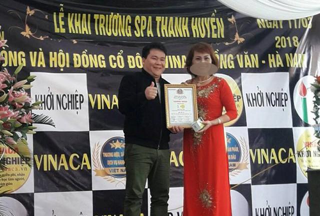 Nguyễn Xuân Thu (áo đen) được xác định là kẻ chủ mưu trong quá trình sản xuất sản phẩm chữa ung thư từ bột than tre nứa. Ảnh: TL