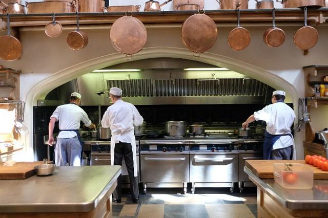Bên trong căn bếp chế biến bữa tiệc cưới Hoàng gia Anh