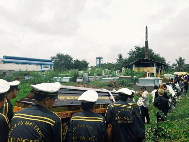 Stylist Mì Gói được hỏa táng vào trưa 20/5 và an táng tại nghĩa trang quê nhà. Ảnh: Nguyễn Phước Văn.