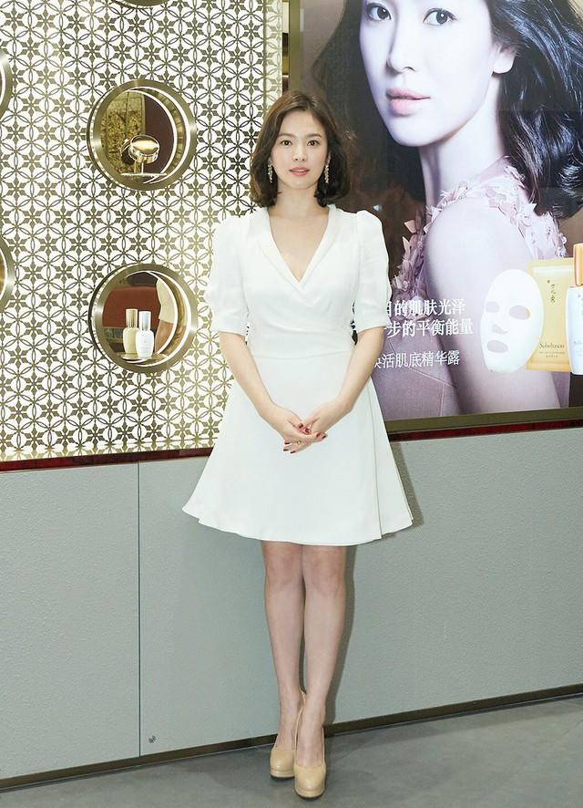 Tuy vậy, Song Hye Kyo vẫn đi giày cao gót