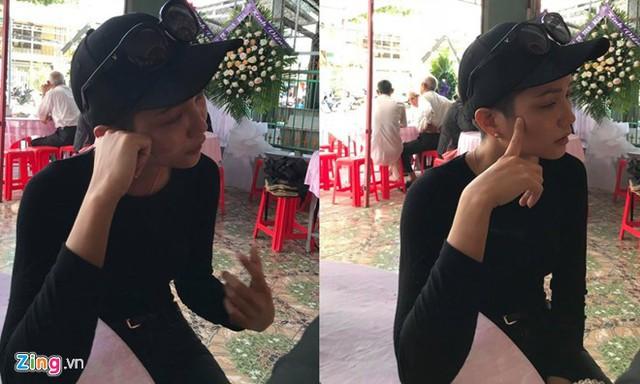 Hoa hậu HHen Niê túc trực bên linh cữu Mì Gói từ sau khi anh qua đời.
