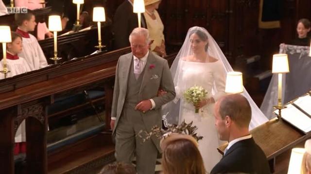 Cô dâu Meghan Markle được Thái tử Charles dắt tay vào lễ đường.