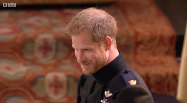 Hoàng tử Harry nói lời cảm ơn với cha và đón lấy cô dâu của mình.