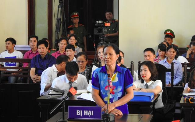 Đại diện gia đình nạn nhân sự cố y khoa khi chạy thận tại BVĐK tỉnh Hoà Bình trình bày trước HĐXX