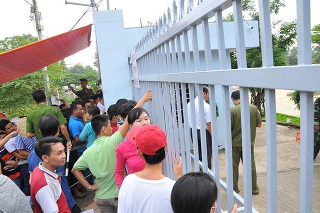 Phụ huynh xếp hàng trước cổng trường cấp 1 để xin cho con học ở Đồng Nai năm 2017. Ảnh: An Ngọc.