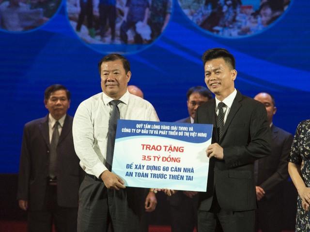 Ông Trần Quốc Việt (phải) – Q.TGĐ công ty Vihajico trao tặng 3,5 tỷ đồng cho ông Nguyễn Tăng Bính (trái) – Phó Chủ tịch UBND tỉnh Quảng Ngãi.