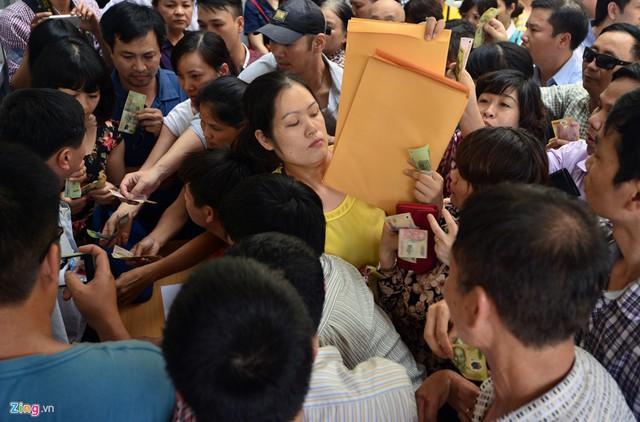 Cảnh phụ huynh vất vả mua hồ sơ cho con từng diễn ra ở trường dân lập Lương Thế Vinh, Hà Nội. Ảnh: H.A.