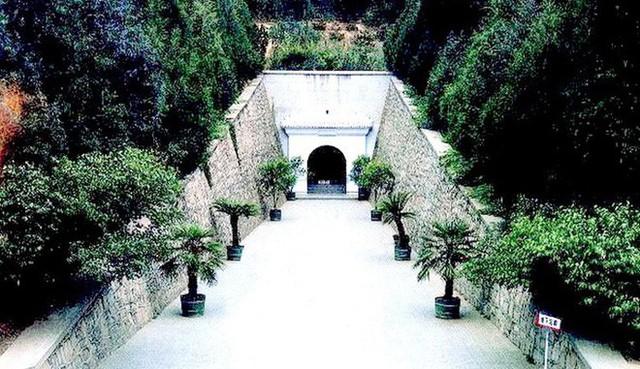 Lối vào Định Lăng - nơi an nghỉ của Hoàng đế Vạn Lịch. (Ảnh: Nguồn Baidu).