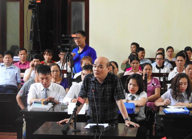 Ông Nguyễn Huy Quang đại diện Bộ Y tế trả lời các câu hỏi của HĐXX.