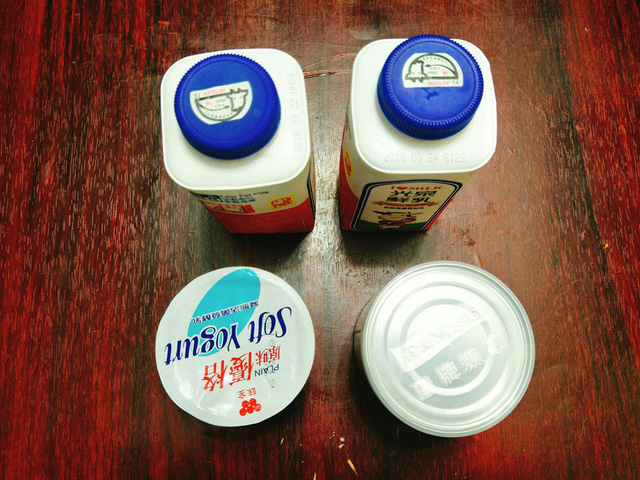 Chuẩn bị nguyên liệu: 1 lon sữa đặc, 1 lon nước sôi (dùng lon sữa đặc để đong), 1 lon nước lọc, 2 lon sữa tươi, 200 gram sữa chua mua sẵn, túi đựng sữa chua, dây nịt để buộc.