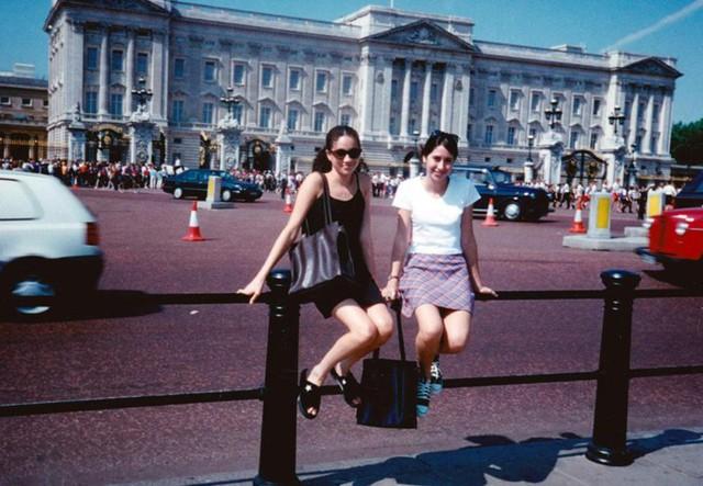 Meghan chụp ảnh trước Điện Buckingham từ 22 năm trước